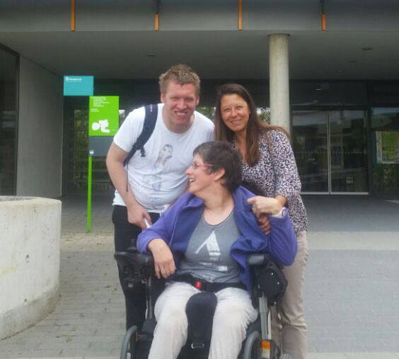 Das Foto zeigt die Teilnehmer*innen der Lebenshilfe BGL: Verena Bitz (vorne), Markus Staudinger und Melanie Sarbalkan (Assistentin), vor der Ernst-Barlach-Schule. Dort war das Treffen.
