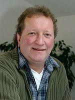 Sie sehen Erwin Lederer, den Leiter der Wohnhäuser