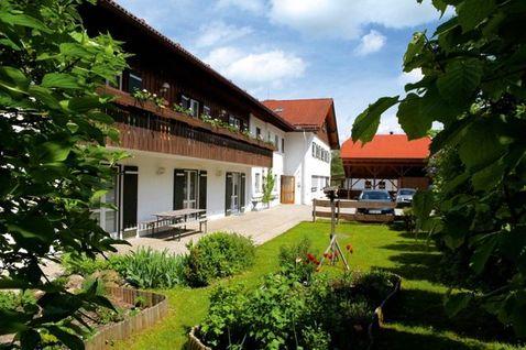 Sie sehen unser Wohnhaus in Oberteisendorf