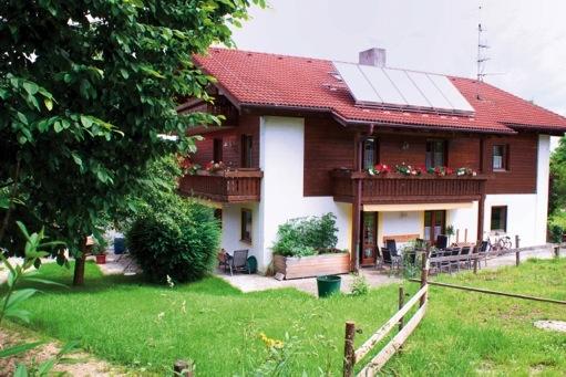 Sie sehen die Aussenansicht unseres Wohnhauses in Thundorf